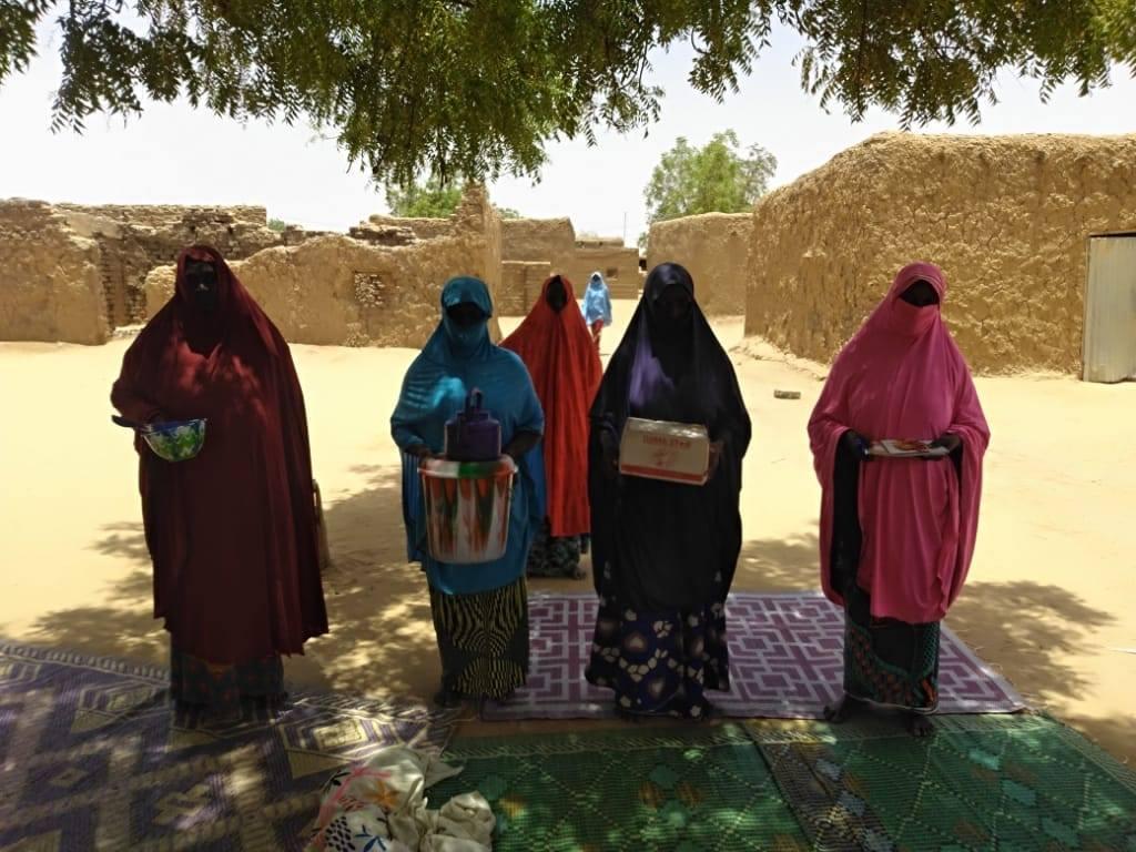 Les groupements MataMasuDubara, encadrés par le Centre 2MInvest pour le compte du partenaire CARE, dans les régions de Tillaberi et Niamey reçoivent des dons…